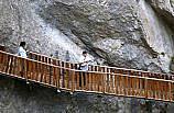 Kazak sanatçı Musayev 3 kilometrelik Horma Kanyonu'nu dombra çalıp türkü söyleyerek geçti