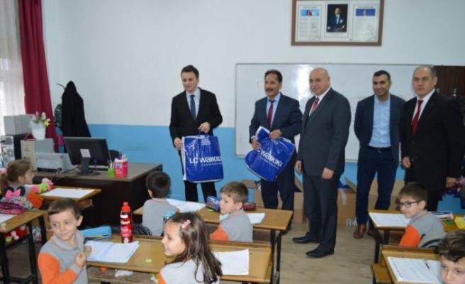 Gümüşhacıköy'de öğrencilere giyecek yardımı