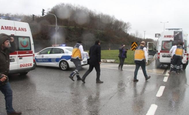 Ambulans ile otomobil çarpıştı: 3 yaralı