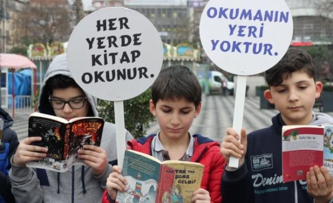 Farkındalık oluşturmak için meydanlarda kitap okudular