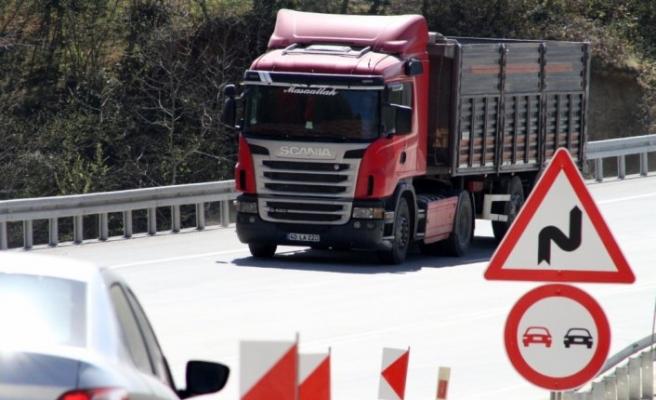 Düzce'de heyelan nedeniyle yolun trafiğe kapatılması