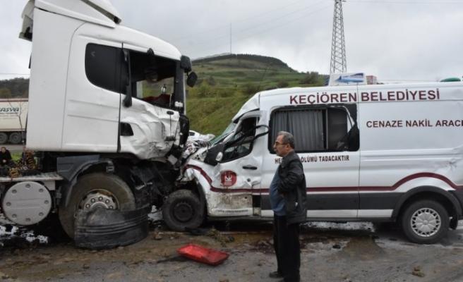 Samsun'da cenaze aracı ile tır çarpıştı: 2 yaralı