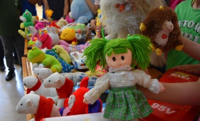 Akranları oyuncaksız kalmasın diye oyuncak topluyorlar