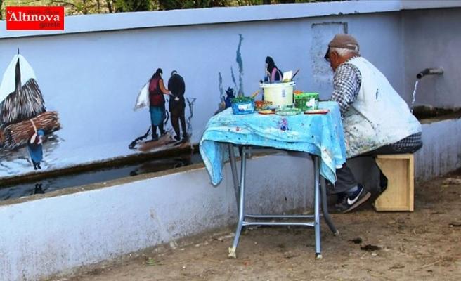 Köy hasretini duvarlara yansıtıyor