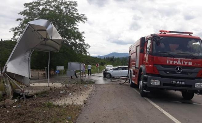 Samsun'da otomobil otobüs durağına çarptı: 5 yaralı