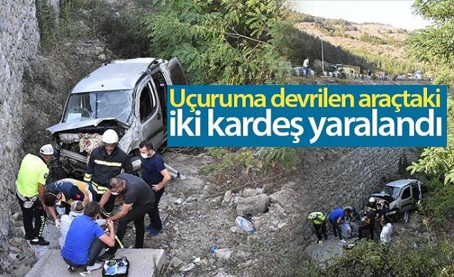 Uçuruma devrilen araçtaki iki kardeş yaralandı