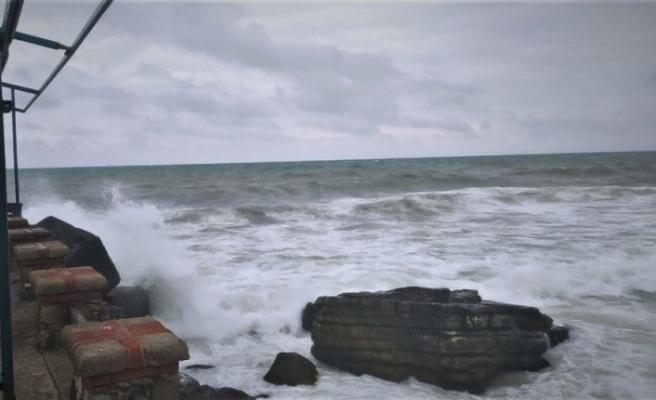 Düzce'de kuvvetli rüzgarda 4 metrelik dalgalar oluştu