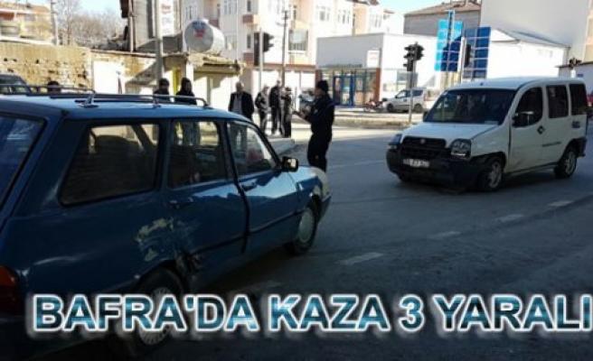 Bafra'da iki otomobilin çarpışması sonucu 3 kişi yaralandı.