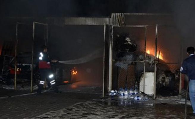 Bir sitenin garajında çıkan yangında 2 otomobil yandı
