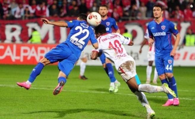 DOKUZ KİŞİ KALAN  KARABÜKSPOR'U YENEMEDIK 0-0