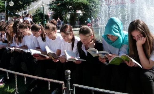 ÖĞRENCİLER KİTAP OKUTMAK İÇİN TOPLANDI