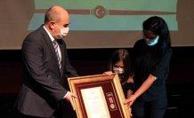 Şehit polisin devlet övünç madalyasını 7 yaşındaki kızı aldı