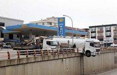 Samsun'da sürücüsünün el frenini çekmeyi unuttuğu tanker viyadükte asılı kaldı