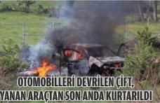 Otomobilleri devrilen çift, yanan araçtan son anda kurtarıldı