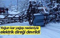 Yoğun kar yağışı nedeniyle elektrik direği devrildi