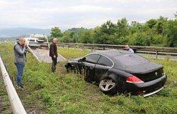 Kaza yapan otomobili kaldırırken çamura saplanan...
