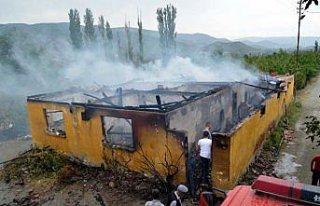 Amasya'daki yangında 5 kişilik ailenin evi kül...