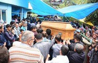 Baraja devrilen araçta ölen 4 kişinin cenazeleri...