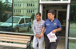 Camiden hırsızlık yaptığı iddia edilen kişi...