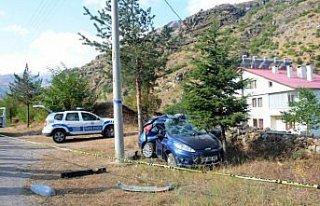 Gümüşhane'de otomobil elektrik direğine çarptı:...