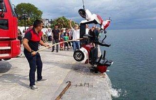 İki kadın elektrikli motosikletle denize düştü