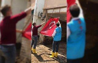 Diyanet görevlilerinin, çamur olan Türk bayrağını...