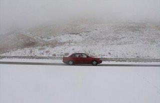 Kop Dağı Geçidi'nde kar yağışı ve sis etkili...