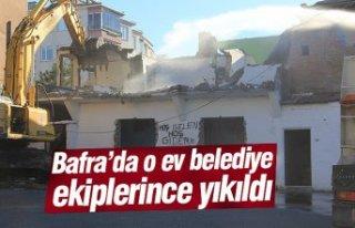 Bafra'da o ev belediye ekiplerince yıkıldı