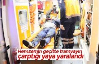 Hemzemin geçitte tramvayın çarptığı yaya yaralandı