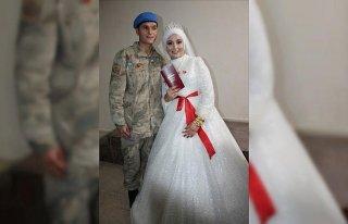 Nikah törenine damatlık yerine askeri üniformasıyla...