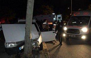 Düzce'de ağaca çarpan otomobildeki 4 kişi yaralandı