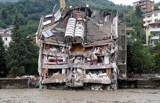 Bozkurt'ta sel nedeniyle yıkılan apartmanda arama...