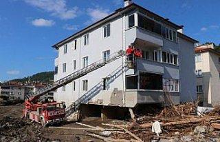 Bozkurt'ta selzedeler üst katlardaki evlerine itfaiye...