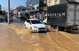 Düzce'de ana şebeke su borusunun patlaması nedeniyle...