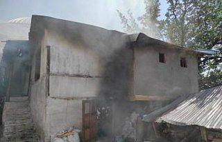 Evinde çıkan yangını söndürmek isterken dumandan...