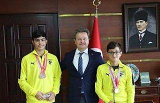 Giresun Valisi Ünlü, şampiyon yüzücüleri tebrik...