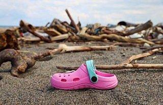 Kastamonu'da selin ardından sahile vuran eşyalar...