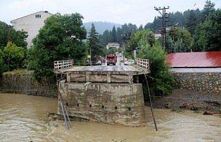 Kastamonu'nun Azdavay ilçesinde sel nedeniyle köprü...