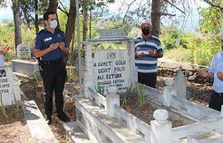 Marmara Depremi'nde şehit olan polis memuru mezarı...