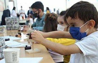 Bolu'da bilim festivaline katılan çocuklar eğlenerek...