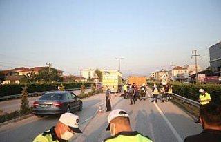 Düzce'de kamyonla çarpışan motosikletteki 2 kişi...