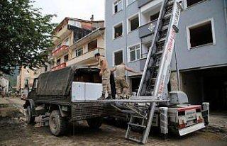 Jandarma selden etkilenen 280 ailenin eşyasını...