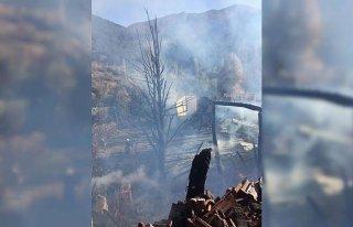 Amasya'da ahşap evde çıkan yangın ormanlık alana...