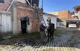 Atıyla aşındırdığı yollarda 54 yıldır köy...
