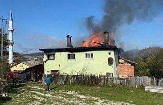 Karabük'te iki katlı ev yanarak kullanılamaz hale...