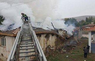 Suluova'da yangın çıkan evde hasar oluştu