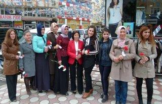 Kadınlar Günü'nde Karanfil Dağıttılar