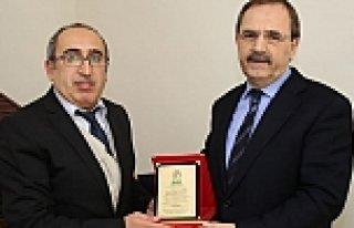 BAŞKAN ŞAHİN'E ANLAMI BÜYÜK PLAKET VERİLDİ