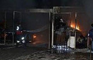 Bir sitenin garajında çıkan yangında 2 otomobil...