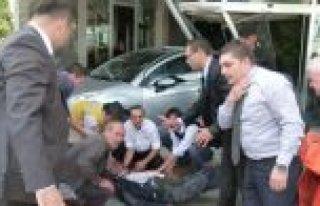 PARK EDEMEYEN OTOMOBİL BELEDİYE BİNASINA DALDI